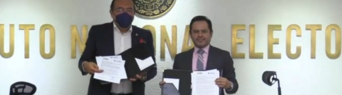 El dirigente de los empresarios, Armando Zúñiga Salinas, y el Vocal Ejecutivo del INE en la Ciudad de México, Donaciano Muñoz Loyola, con el convenio firmado este mediodía.